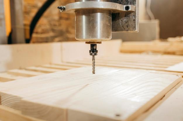 La perforatrice cnc sta lavorando il legno Foto Premium