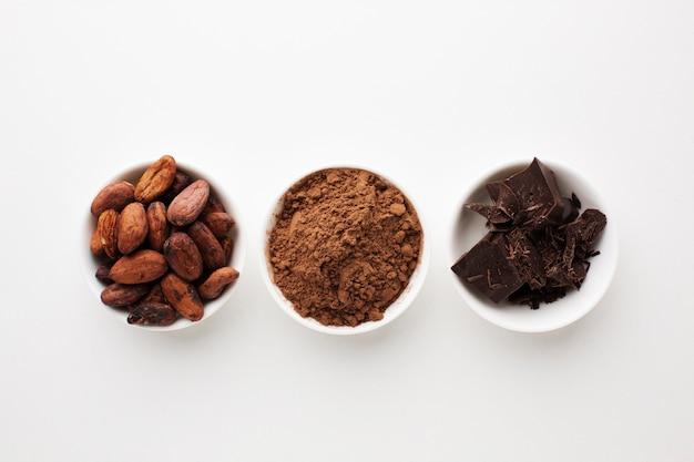 Disposizione del cacao in posizione piatta Foto Premium