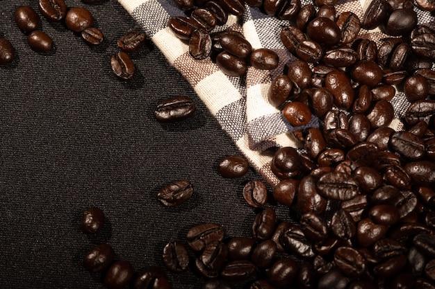 Chicchi di caffè su tessuto di lino marrone Foto Premium