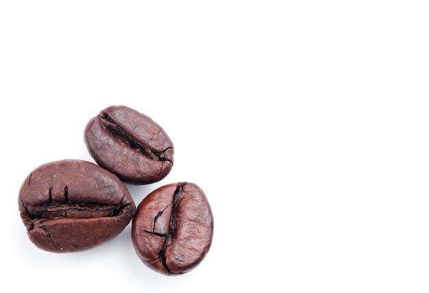 Chicchi di caffè isolati Foto Premium