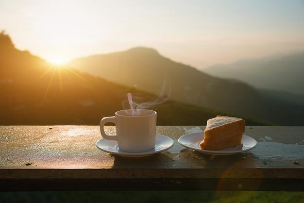 Caffè e panino in mattina sul mountain view. Foto Premium