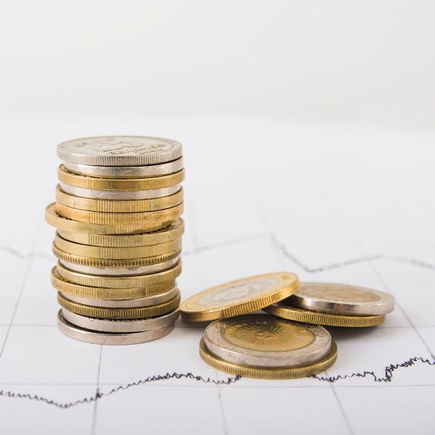 Le monete si impilano sul tavolo Foto Premium