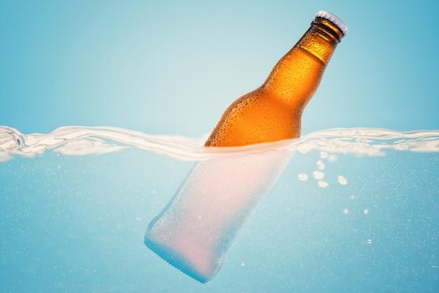 Birra fredda in acqua sull'azzurro Foto Premium