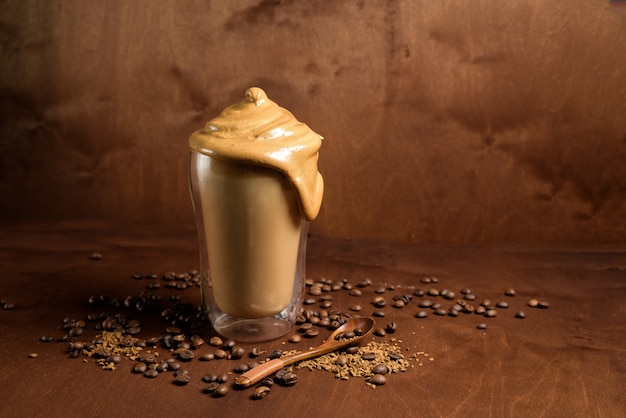 Caffè freddo del dalgon in vetri trasparenti su un fondo di legno scuro Foto Premium