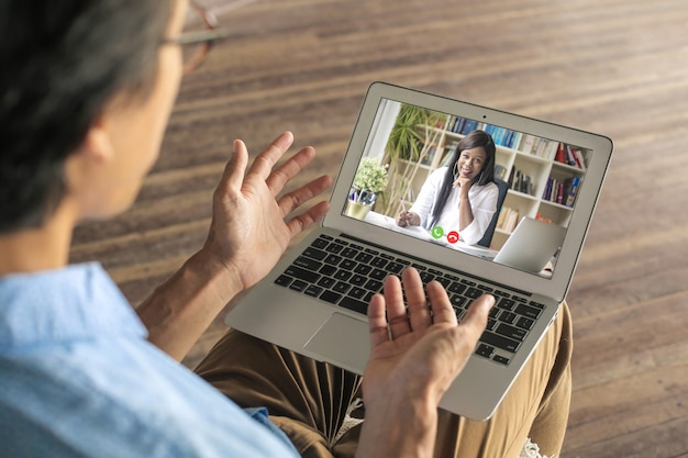 Colleghi che hanno una videochiamata a causa delle normative sul distanziamento sociale Foto Premium