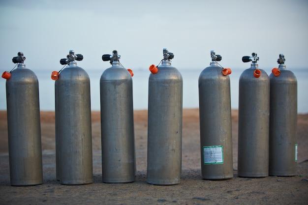 Collezione di bombole di ossigeno grigio per immersioni subacquee. Foto Premium