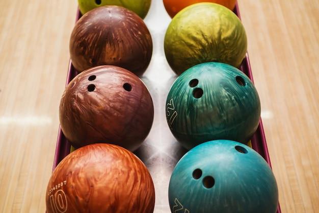Palle da bowling colorate. giochi e intrattenimento con gli amici. attrezzatura sportiva Foto Premium