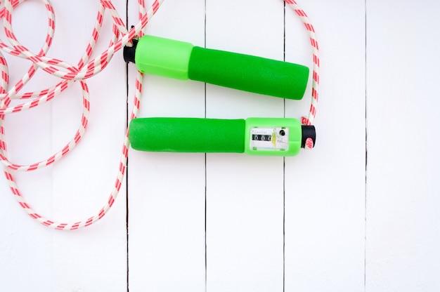 Salto della corda colorato su un pavimento di legno bianco Foto Premium