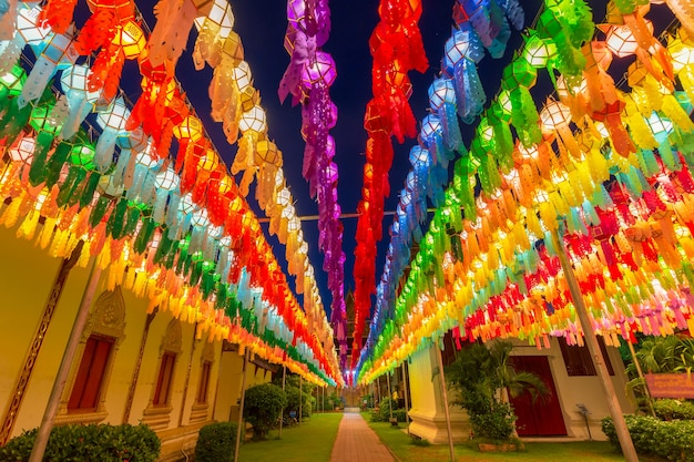 Lampada colorata festival e lanterna in loi krathong al wat phra that hariphunchai, provincia di lamphun, thailandia Foto Premium
