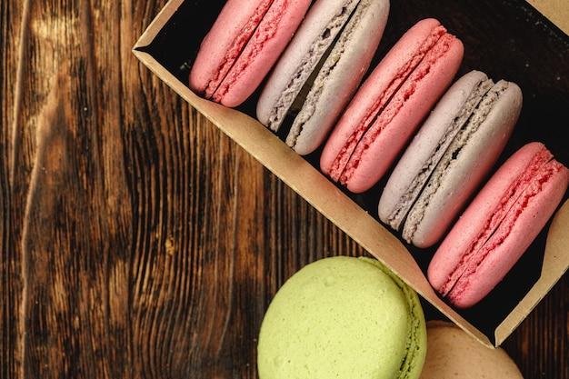 Biscotti colorati macaron in una scatola di cartone Foto Premium