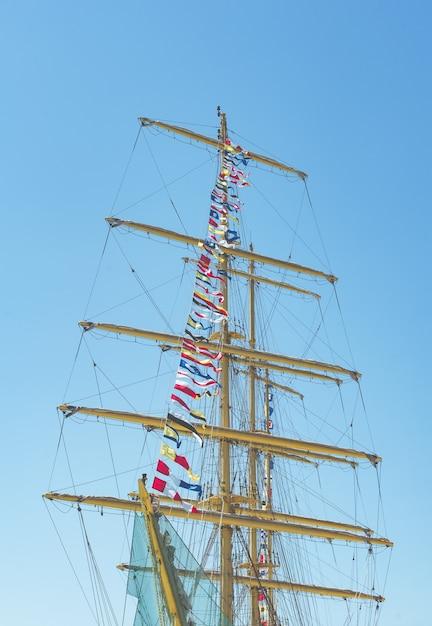 Bandiere nautiche colorate che volano nel vento Foto Premium