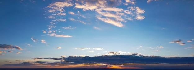 Panorama colorato del cielo durante l'alba o il tramonto. Foto Premium