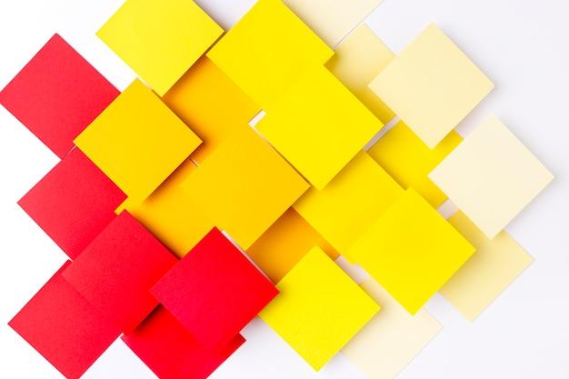 Quadrati di carta colorati su sfondo bianco Foto Premium