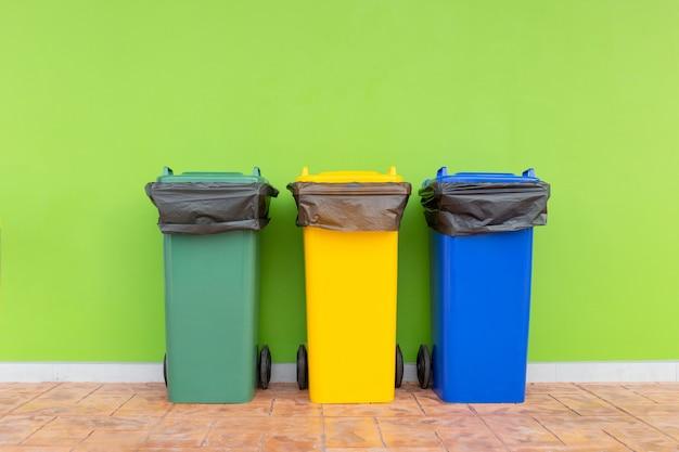 Cestino colorato gruppo di contenitori verde, bidoni della spazzatura con sacchi della spazzatura Foto Premium