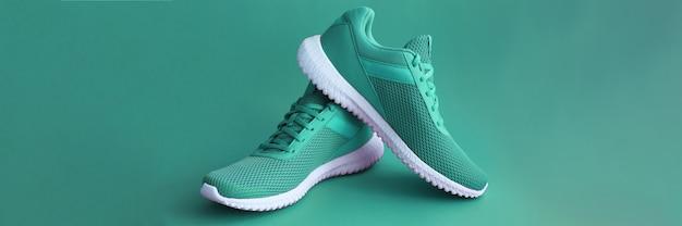 Scarpe sportive colorate su backround di colore verde Foto Premium