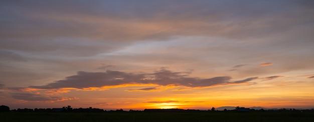 Tramonto colorato e alba con le nuvole colore blu e arancione della natura molte nuvole bianche nel cielo blu il tempo è chiaro oggi.tramonto tra le nuvole il cielo è crepuscolo. Foto Premium