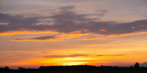 Tramonto colorato e alba con le nuvole.colore blu e arancione della natura.molte nuvole bianche nel cielo blu.il tempo è chiaro oggi.tramonto tra le nuvole.il cielo è crepuscolo. Foto Premium