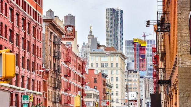 Edifici colorati in una strada di soho manhattan new york usa Foto Premium