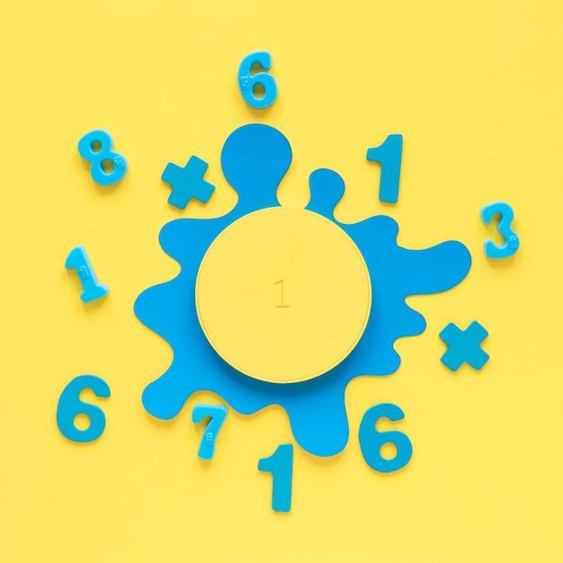 Numeri matematici colorati con macchia liquida blu Foto Premium