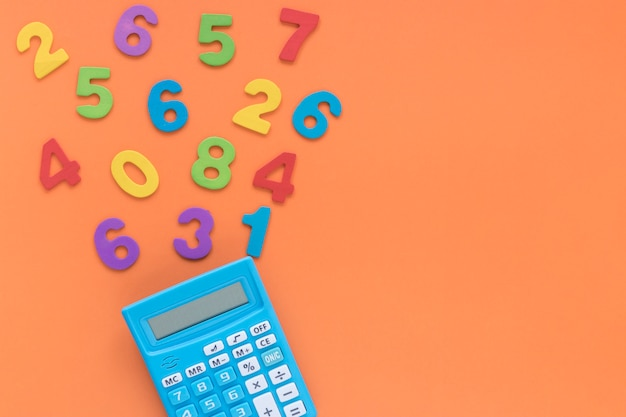 Numeri matematici colorati con calcolatrice su sfondo spazio copia Foto Premium