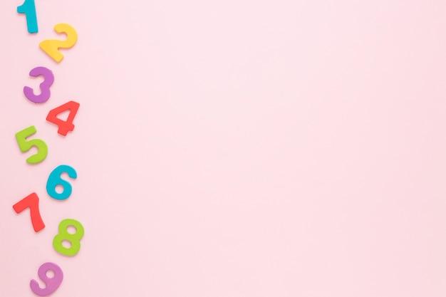 Numeri matematici colorati con copia spazio rosa sfondo Foto Premium