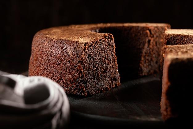 Composizione di una deliziosa torta al cioccolato Foto Premium