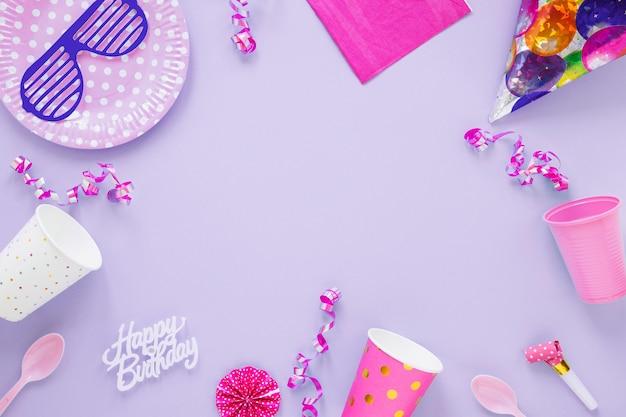 Composizione del compleanno diverso su sfondo viola Foto Premium