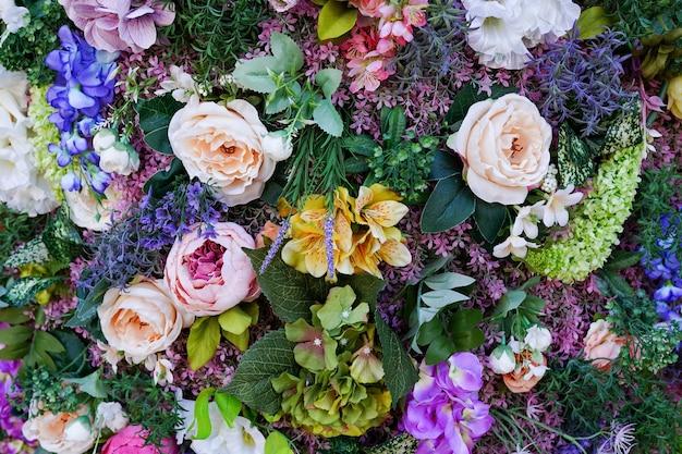 Composizione di fiori e foglie. sfondo colorato fiore di primavera Foto Premium