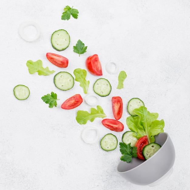 Composizione degli ingredienti dell'insalata su fondo bianco Foto Premium