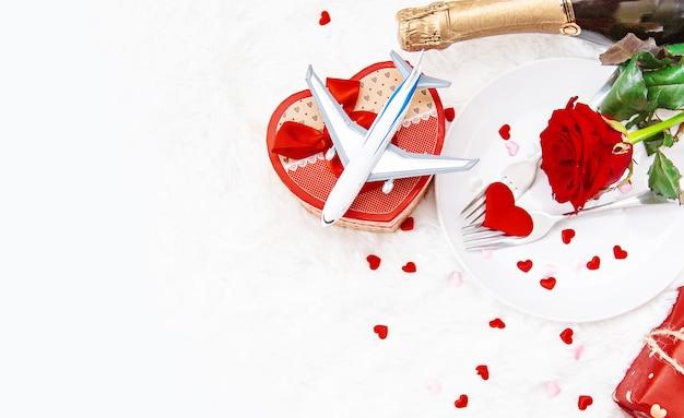 Composizione di regali e ornamenti di san valentino Foto Premium