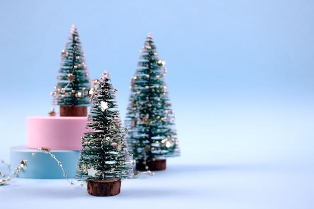 Composizione con alberi di natale decorati con stelle Foto Premium