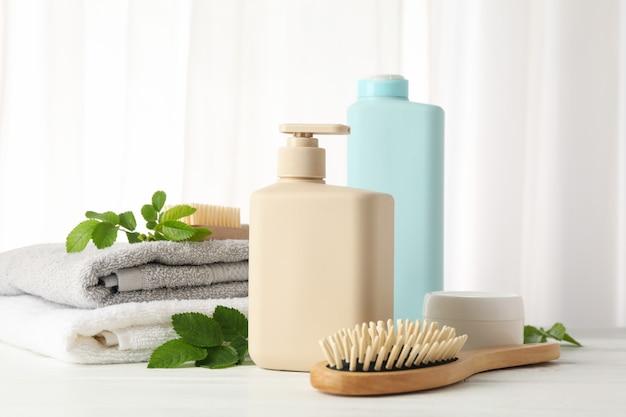 Composizione con prodotti per la cura dei capelli sul tavolo di legno Foto Premium