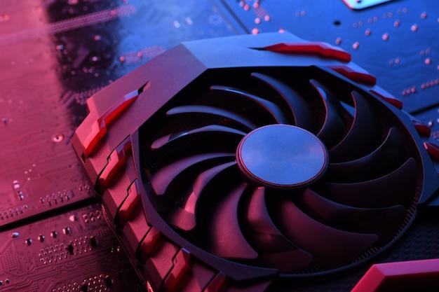 Scheda grafica del gioco per computer, scheda video con due dispositivi di raffreddamento sul circuito stampato, scheda madre Foto Premium