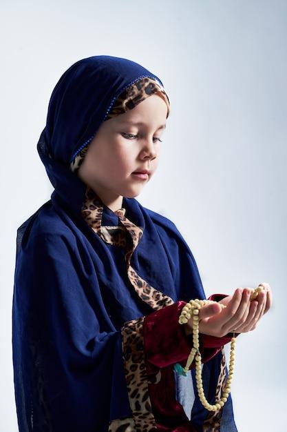 Concetto di musulmani malesi asiatici che pregano dio dopo aver recitato il santo corano Foto Premium