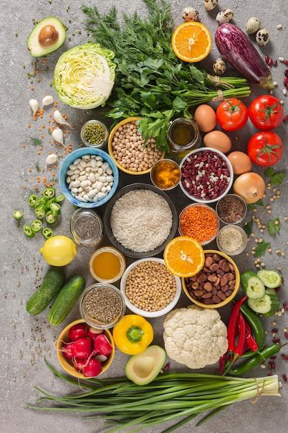 Concetto dieta equilibrata di frutta, verdura, semi, legumi, cereali, cereali, erbe e spezie. prodotti contenenti vitamine, sali minerali, antiossidanti, fibre Foto Premium