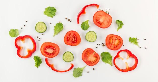 Concetto di mangiare sano verdure e pomodori Foto Premium