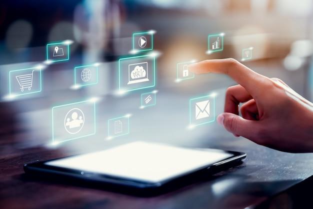 Concetto di tecnologia internet e networking, mano toccando l'icona dei media digitali con display mostra sul tablet. Foto Premium