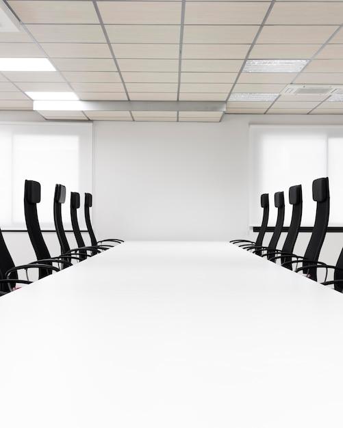 Sala conferenze con sedie nere Foto Premium