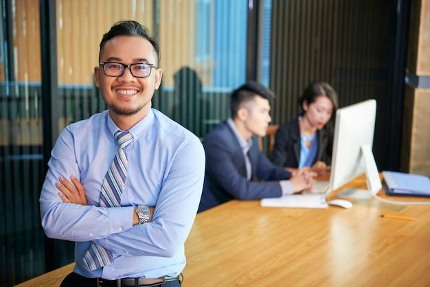 Ritratto di uomo d'affari asiatico sicuro Foto Premium