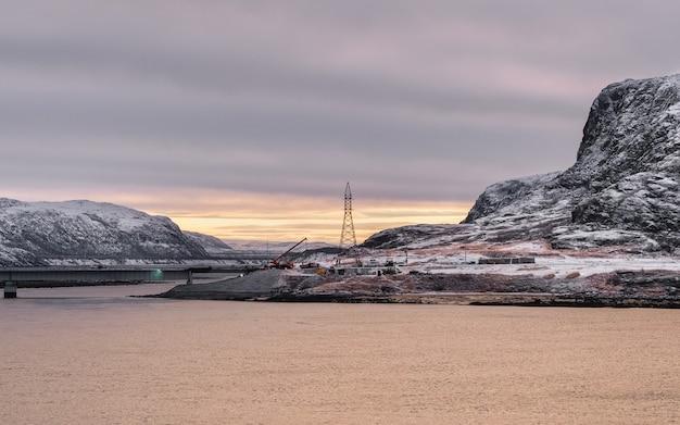 Costruzione di un ponte nell'estremo nord. mattina vista artica della baia Foto Premium