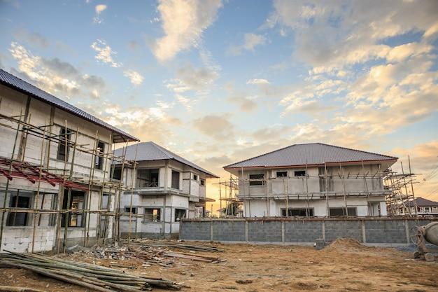Nuova casa residenziale della costruzione in corso al cantiere Foto Premium