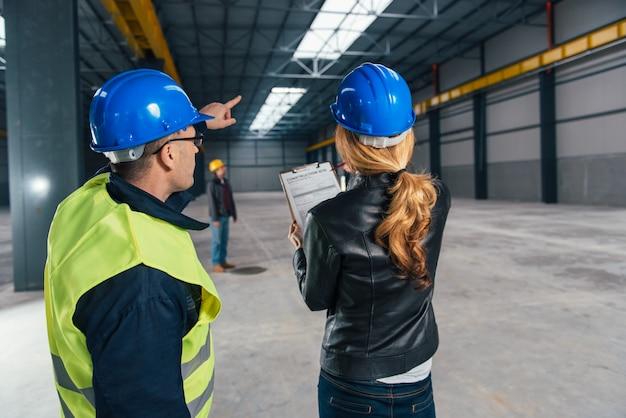 Ispettore di cantiere sul luogo di lavoro Foto Premium