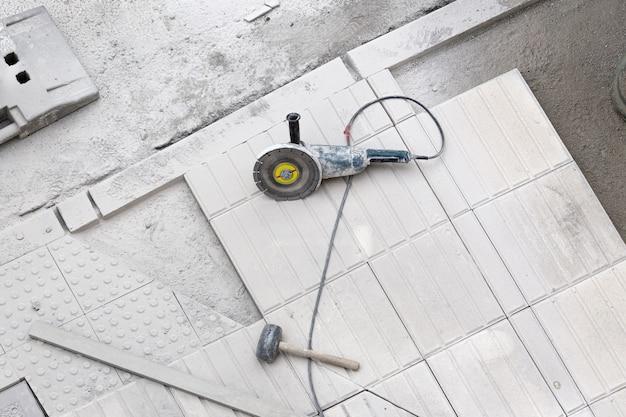 Strumenti di costruzione sul marciapiede in riparazione. sfondo di costruzione Foto Premium