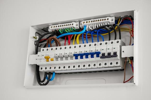 Centralina e interruttore automatico installati sulla parete della casa Foto Premium
