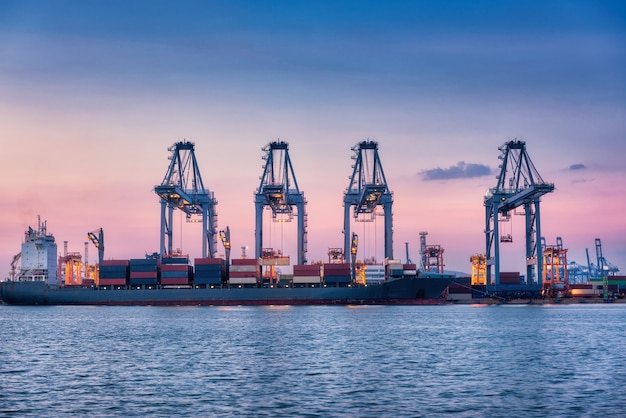 Importazione ed esportazione di container di trasporto marittimo industriale Foto Premium