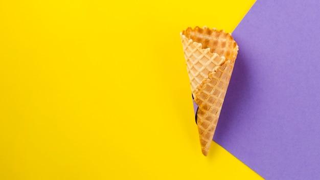 Sfondo a contrasto con cono gelato vuoto Foto Premium