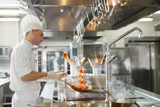 Cook cucina in un ristorante. Foto Premium