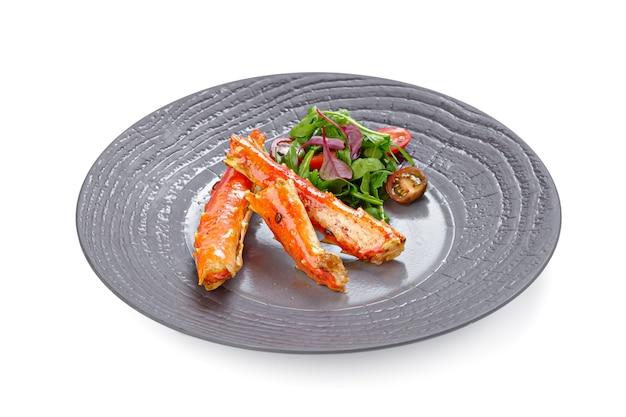 Chele di granchio cotte con insalata isolata su bianco Foto Premium