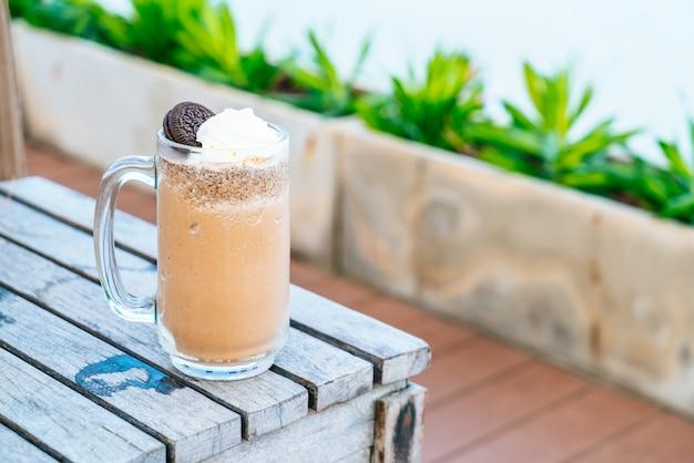Biscotti e frappè alla crema al cioccolato Foto Premium