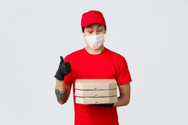 Uomo di consegna copia-spazio con scatole per pizza Foto Premium